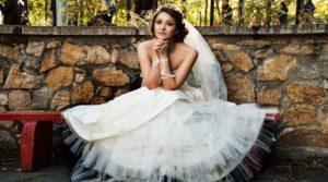 Braut, die auf einer Bank sitzt